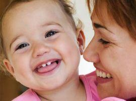 Các mẹ làm gì khi con mọc răng?