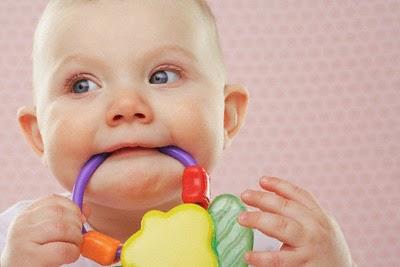 Dấu hiệu trẻ mọc răng sớm